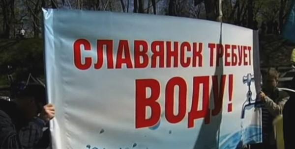 Жителям микрорайона «Славтяжмаш» Славянка приходиться дежурить ночью возле кранов, чтобы набрать немного воды