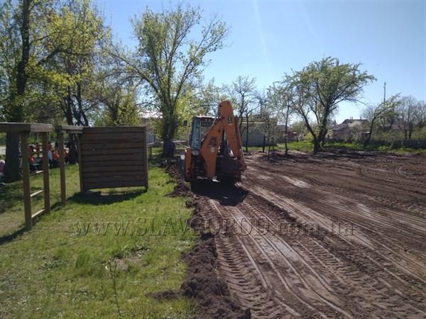 В Славянской школе №4 стартовали работы по обустройству спортплощадки с искусственным покрытием