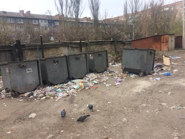Возле детского сада в Славянске десятилетиями находится мусорная свалка, издающая противные запахи