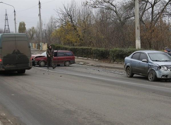 В Славянске на мосту столкнулись два автомобиля