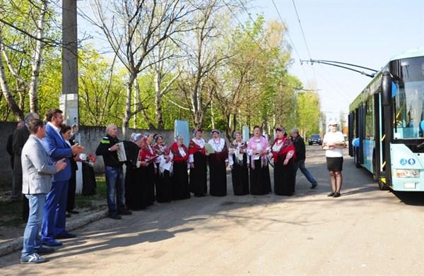 Как из обкатки нового троллейбуса в Славянске устроили шоу-программу: с песнями, шариками, нардепом и чиновниками в салоне