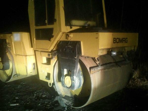 В Славянске легковой автомобиль врезался в асфальтоукладчик