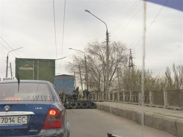 На въездах в Славянск появились блокпосты под охраной вооружённых людей. Съемочная группа ВВС не решилась вести репортаж из города