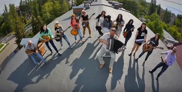 В Славянске родители выпускников сняли клип и исполнили песню на крыше дома (это круто и это надо видеть)