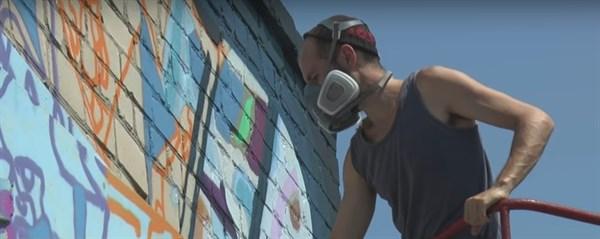 Мурал размеров в 80 «квадратов»: как Илья Кудиненко преображает стену троллейбусного депо в Славянске