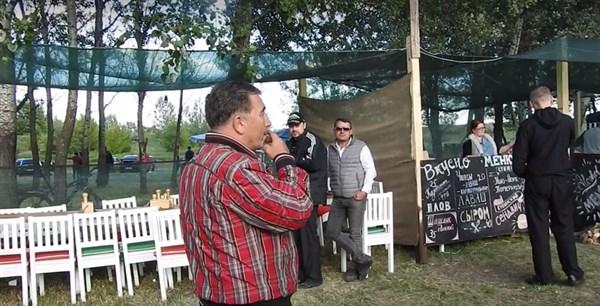 «Еще и курят? Ай-ай-ай. А еще здоровый образ хотят вести»: на мотокроссе в Славянске возник конфликт между мэром и активистом