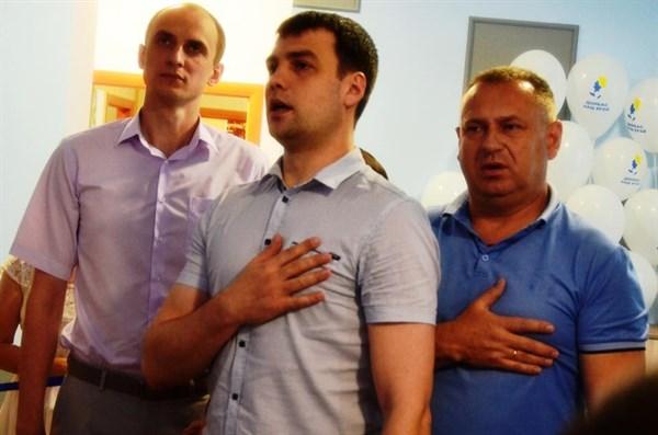В Славянске начальник полиции и прокурор спели гимн на открытии общественной приемной политика