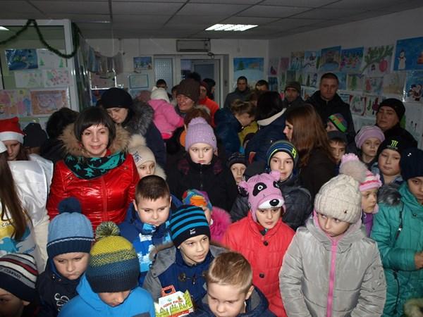 Юная художница получила смартфон от Деда Мороза в его славянской резиденции