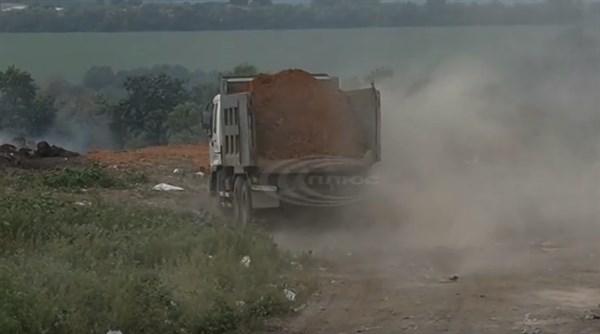 В Славянске подозревают, что закрытую мусоросвалку подпалили умышленно: уже почти неделю вся территория задымлена