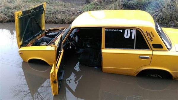 В центре Славянске в луже утонул легковой автомобиль