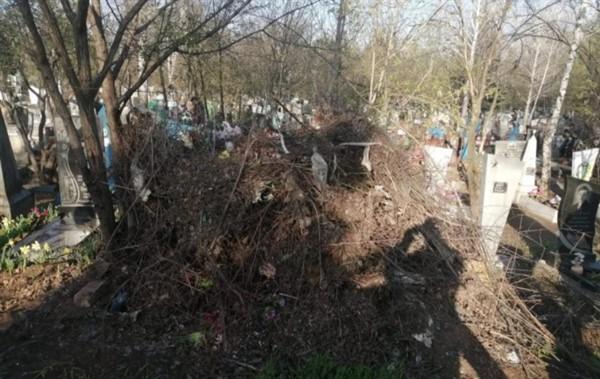 Северное кладбище Славянске нуждается в уборке