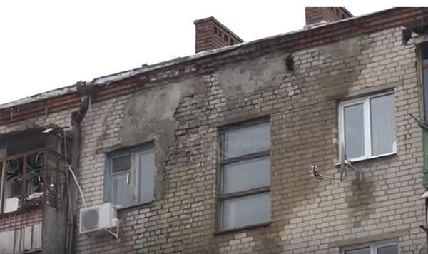 В центре Славянска рушится дом, пострадавший от обстрелов в 2014 году