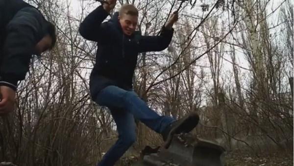 Учащиеся Славянска цинично разрушили надгробия на кладбище: педагоги в шоки, так как парни на хорошем счету
