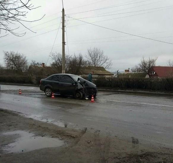 По дороге из Славянска в Краматорск автомобиль занесло и он врезался в дерево