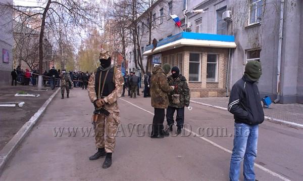 Вечерний Славянск: под горотделом милиции люди скандируют «Россия» и разжигают костёр