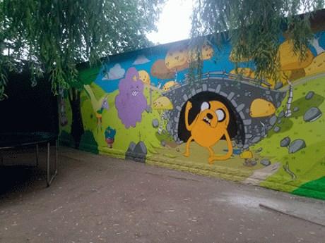 На детской площадке в микрорайоне Артема мурал перекрыли игровыми аттракционами