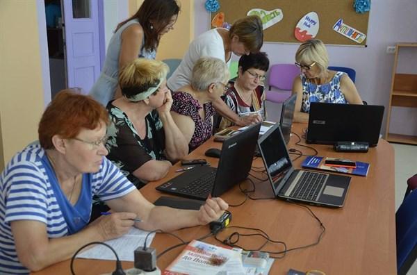 В Славянске пенсионеры учатся компьютерной грамотности и занимаются скандинавской ходьбой