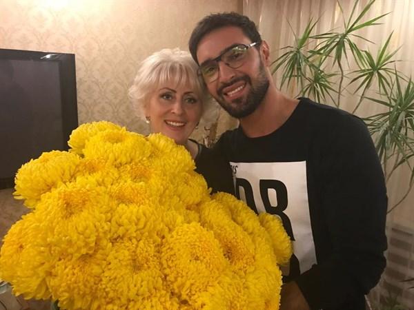 Певец Козловский с огромным букетом цветов приехал в гости к экс-мэру Славянска Неле Штепе. Фото дня