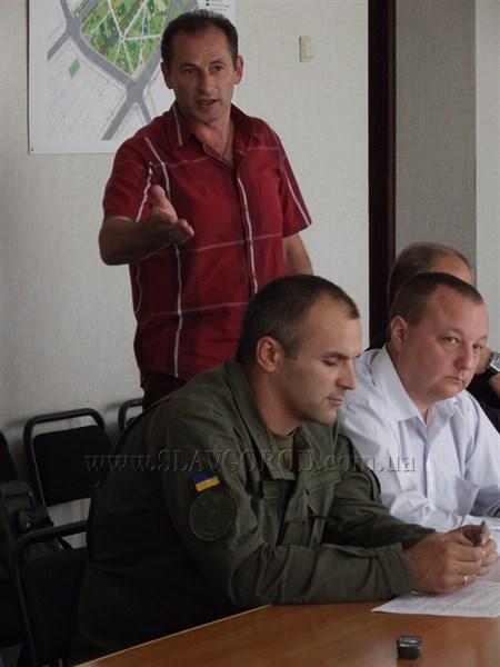 «На меня едет грузовик, а там три кренделя в форме идут»: Михаил Нечипоренко «наехал» на нацгвардейцев