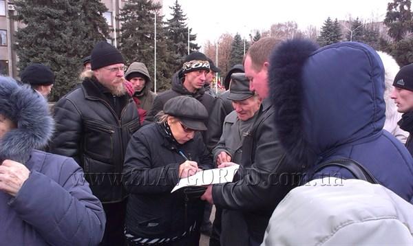 В Славянске против мобилизации: 3 марта на центральной площади города женщины обещали стоять щитом и не пустить славянских ребят воевать (ВИДЕО)