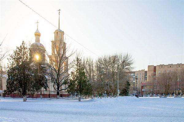В Славянске установили новогоднюю елку и начали украшать город иллюминацией