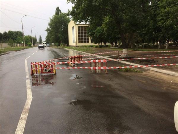 В Славянске в результате размытия грунта испортилась дорога