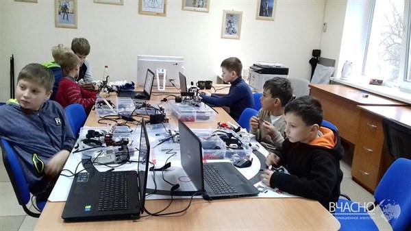 За одно занятие дети собирают робота: как ученый из Донецка создал в Славянске студию робототехники