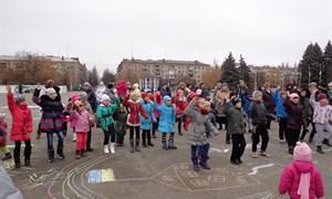Дети Славянска вместе с военными на центральной площади рисовали сказку и танцевали (Фото, видео)