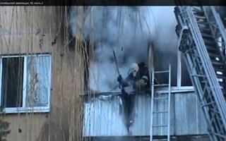 В Славянске горела квартира в пятиэтажном доме. Пожарные боролись с огнем более часа