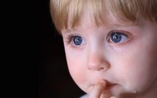 В Славянске трёхлетняя девочка сутки просидела сама в квартире. Мать заперла ребёнка и ушла встречать Новый год с друзьями