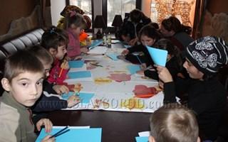 Студенческий театр «7 этаж» подарил детям «Рождество в Нарнии». В Славянске проходят утренники для детей из социально незащищенных семей.