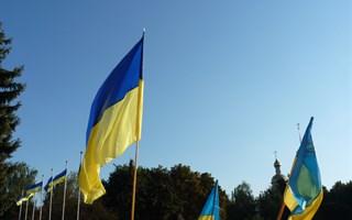 Славянским правоохранителям во время вече на площади патриоты вручают флажки